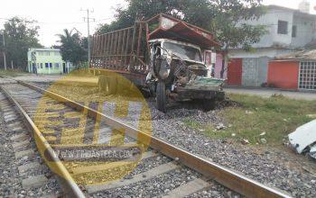 El tren arrastró por varios metros a un camión cañero en Tamasopo